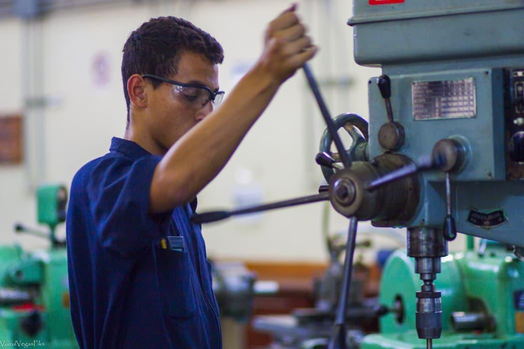 Joven aprendiz recibe preparación en el Instituto Venezolano Suizo Henri Pittier
