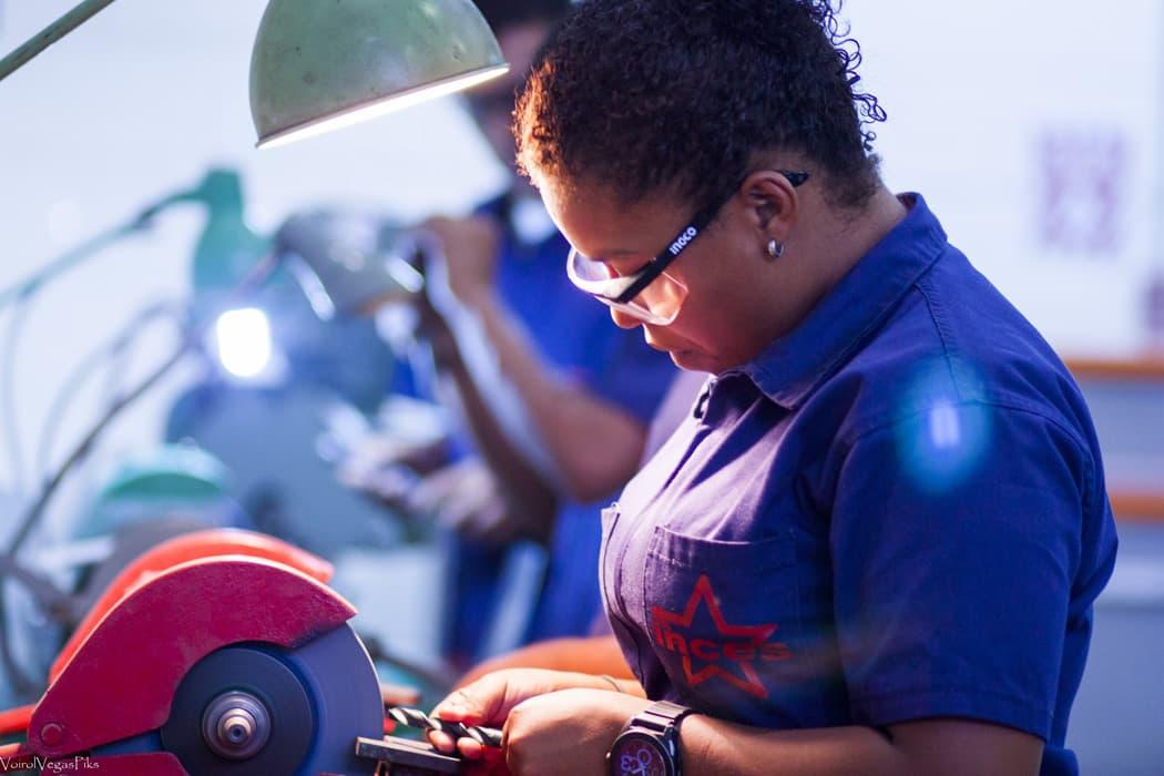 Cada joven opera y practica en su propio banco de trabajo